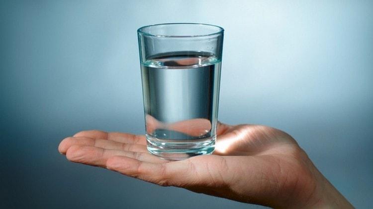 При гречневой диете обязательно нужно соблюдать питьевой режим.