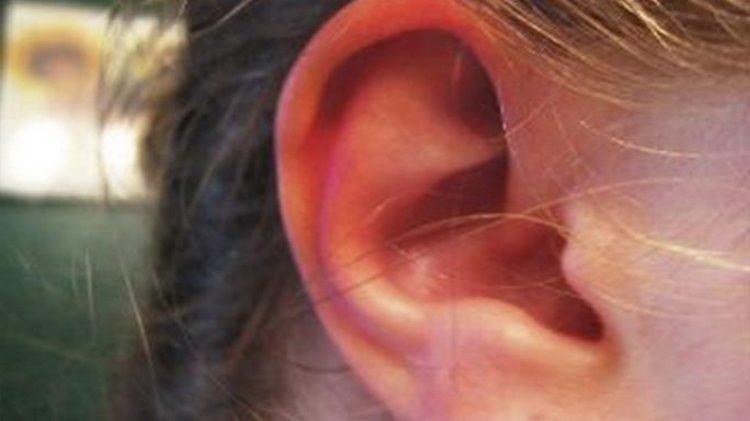 Примета поможет растолковать, что значит, если горит и чешется правое ухо.