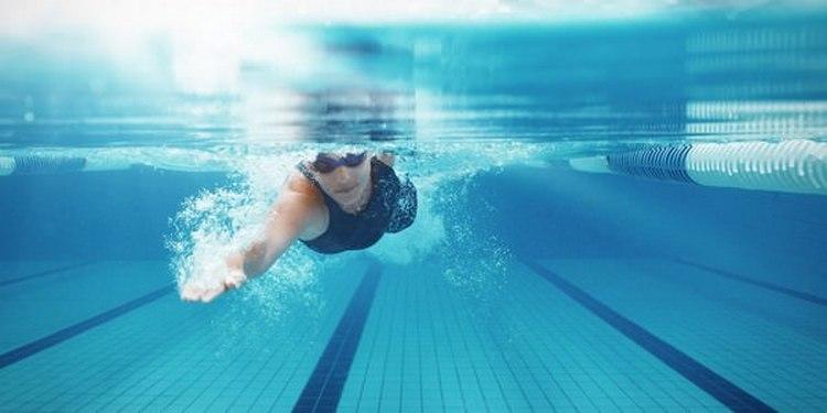 Посмотрите в соннике, что значит плавать в бассейне во сне.