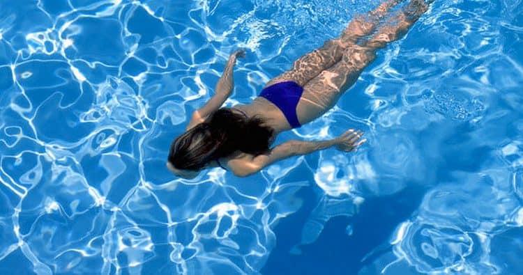 Узнайте, к чему снится плавать в бассейне.