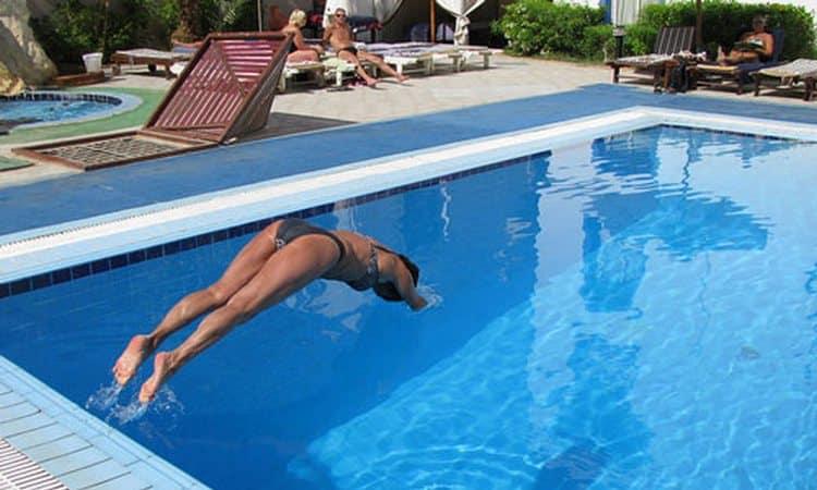 Посмотрите в соннике, что значит нырять в бассейн.