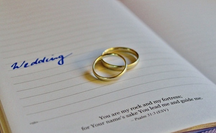 То, к чему снятся обручальные кольца незамужней женщине, это обычно свадьба, хорошее будущее.