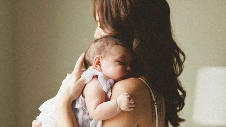 По соннику маленькая девочка на руках это хороший, даже перспективный образ.
