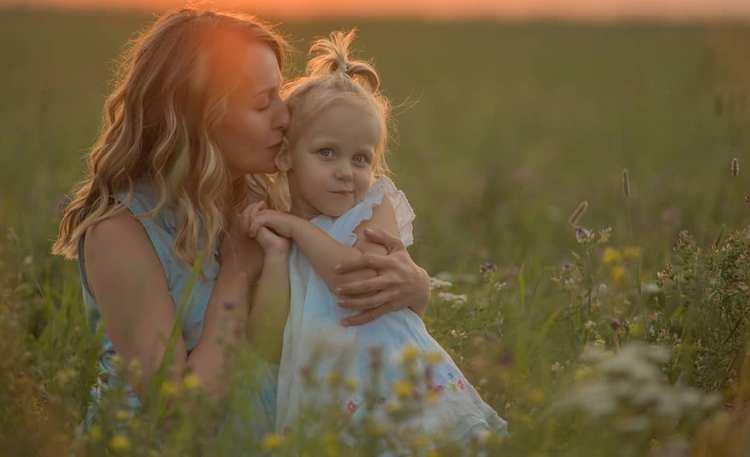 Сонник поможет понять, к чему снится взрослая дочь маленькой девочкой.