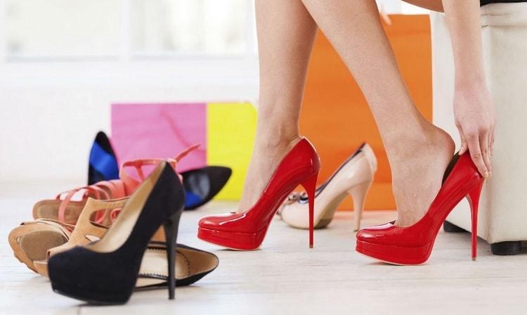 Узнайте, к чему снится мерить обувь.
