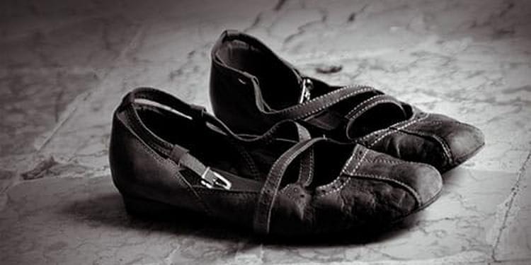 Посмотрите в соннике, к чему снится старая обувь.