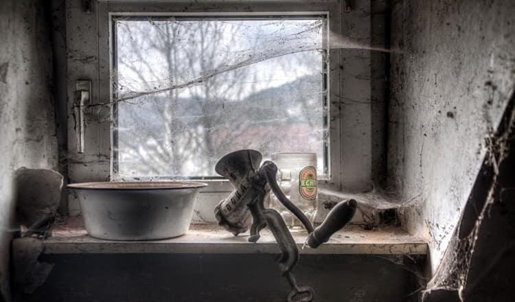 Узнайте, к чему снится паутина в доме.