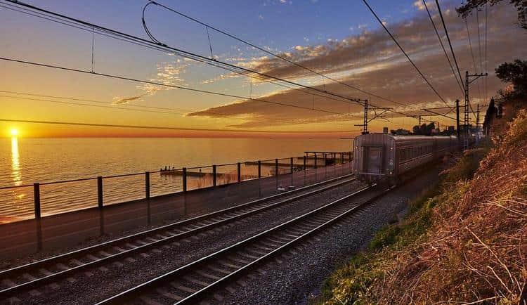 Узнайте, к чему снятся поезда и железная дорога.