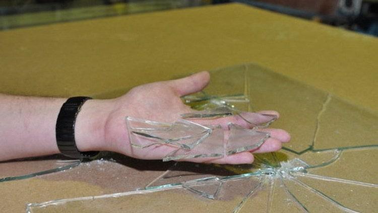 особое значение имеет сон, в котором вы держите куски стекла в курах.
