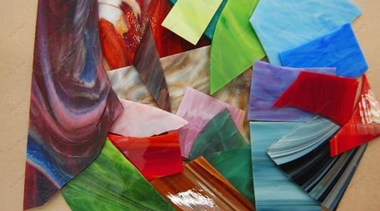 Иное значение в соннике имеет разноцветное стекло.