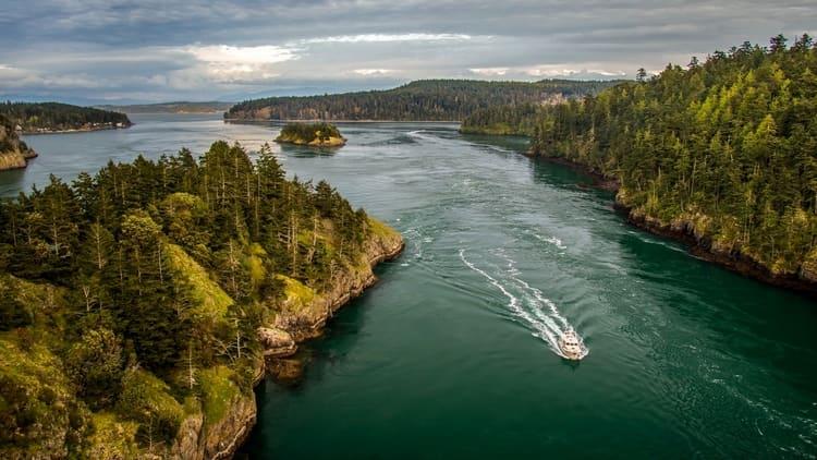 Узнайте, к чему снится плыть по реке на лодке или катере.