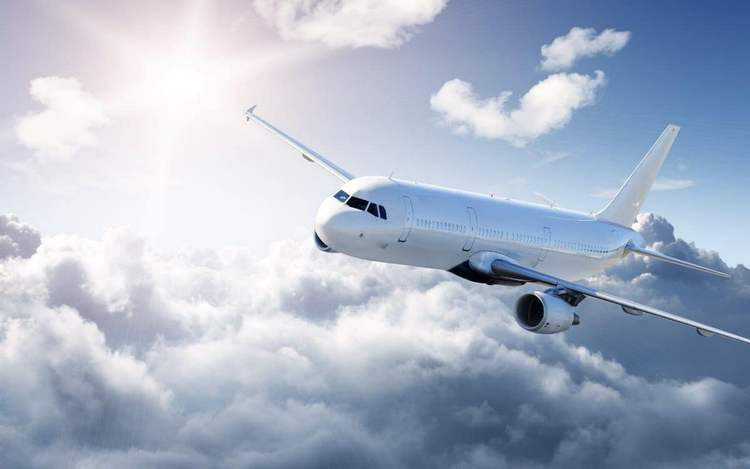 Узнайте, к чему снится летать на самолете.