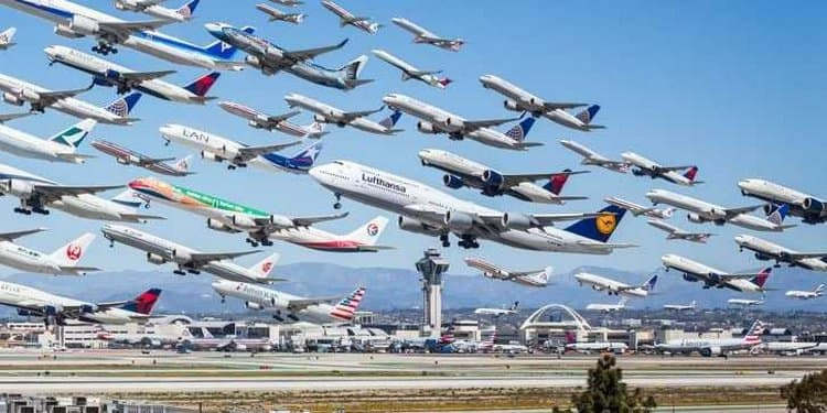 Узнайте, к чему снится полет на самолете.