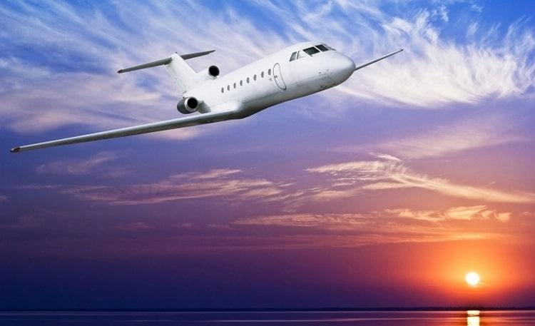 Узнайте, к чему снится самолет во сне.