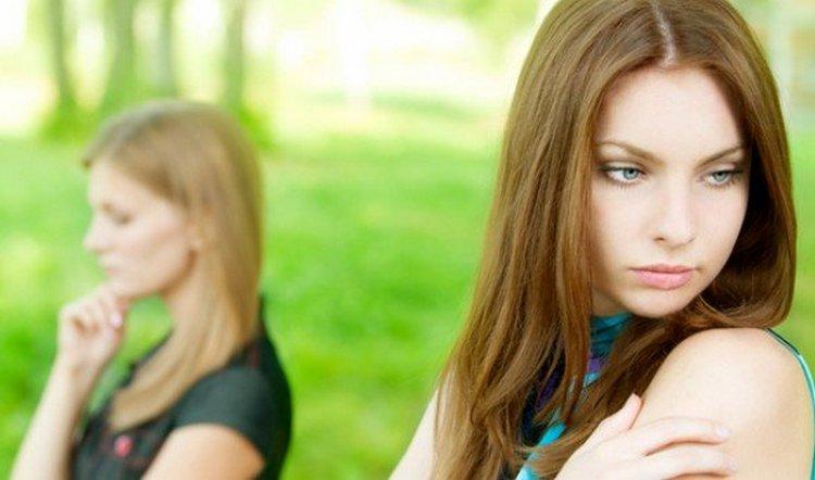 Сонник поможет понять, к чему снится ссора с подругой.