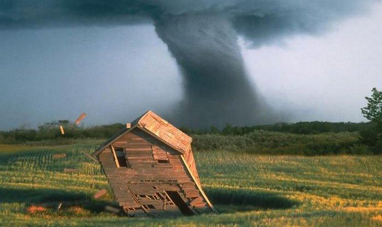 Узнайте, к чему снится ураган и смерч.