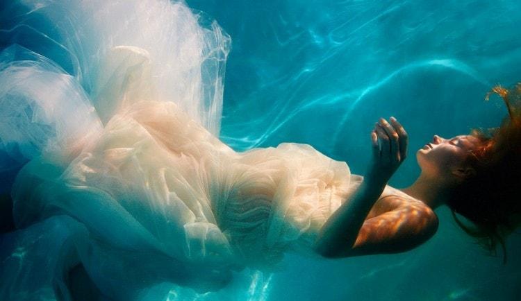 Узнайте к чему снится утопленник женщина во сне.