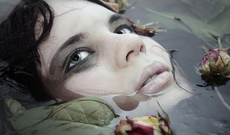 Узнайте, к чему снится утопленник женщина.
