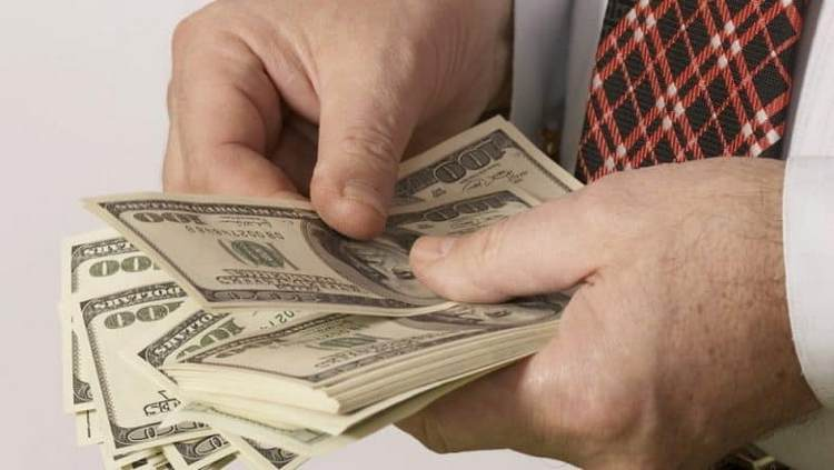 Узнайте, к чему снятся бумажные деньги крупными купюрами.