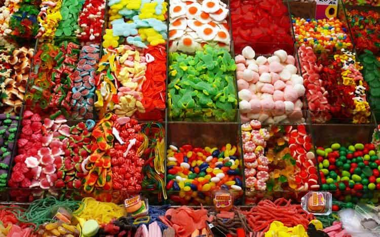 По соннику видеть много конфет добрый знак.