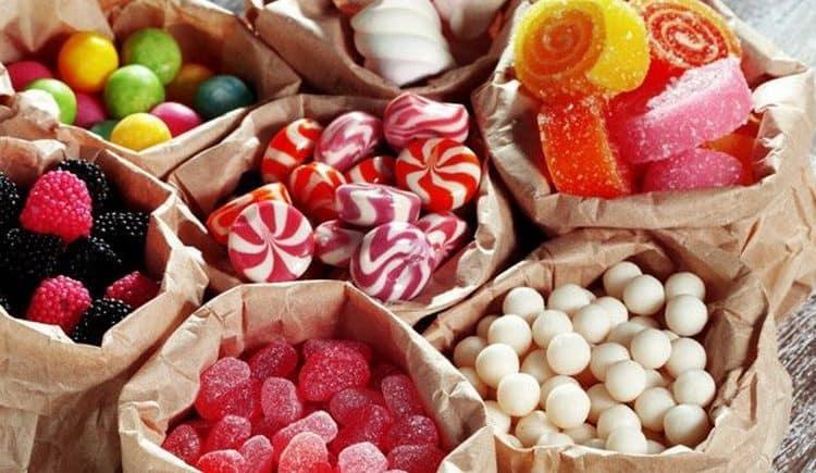 Узнайте, к чему снится много конфет.