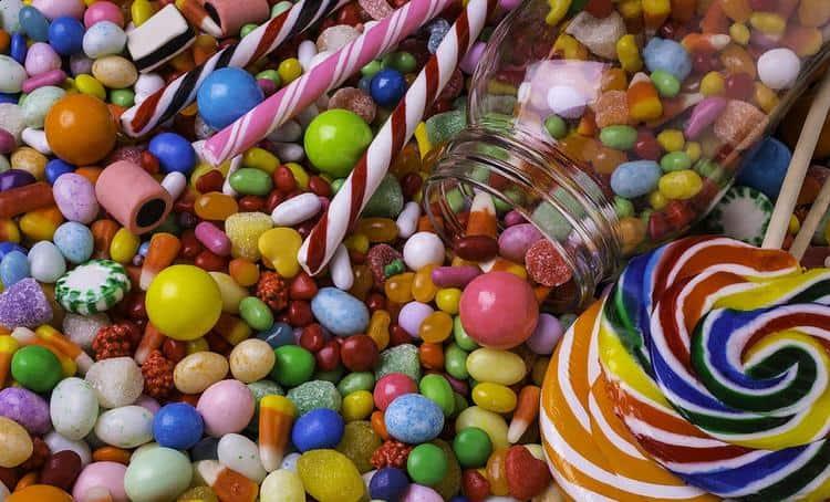 Сонник поможет понять, что значить угощать конфетами кого-то во сне.