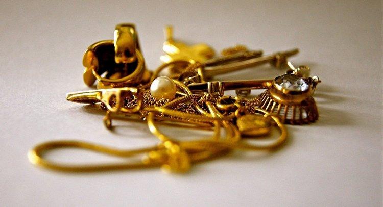 Узнайте, к чему снится найти много золотых украшений.