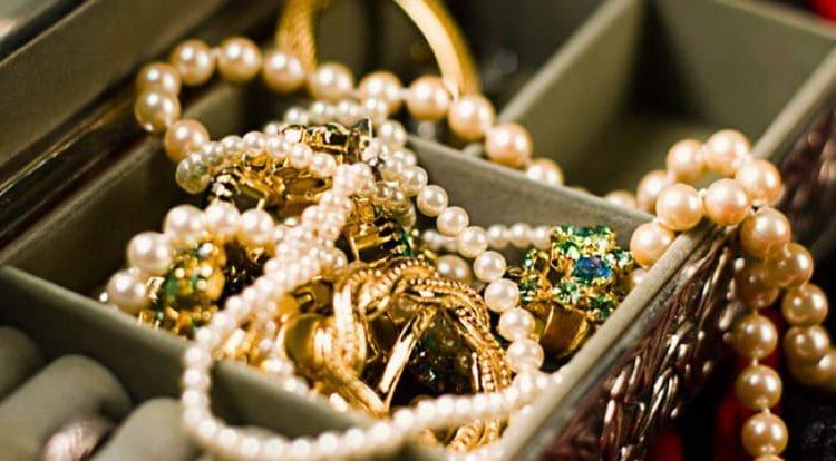 Сонник поможет понять, к чему снится золото и золотые украшения.