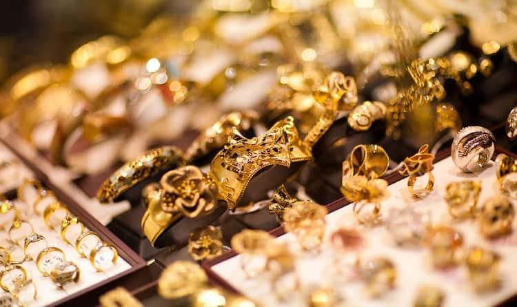Важно также обращать внимание на детали сна о золотых украшениях.