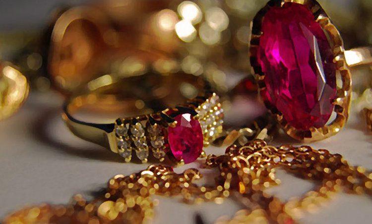 Узнайте, к чему снятся золотые украшения с камнями.