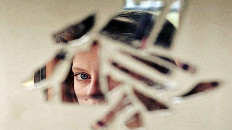 Узнайте, что значит примета, если случайно разбить зеркало дома.