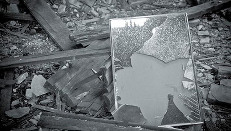 Примета о том, чтобы разбить зеркало, несет негативное предупреждение.