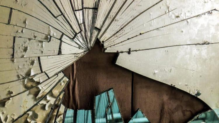 Примета о том, чтобы случайно разбить зеркало, считается предупреждением о чем-то плохом.