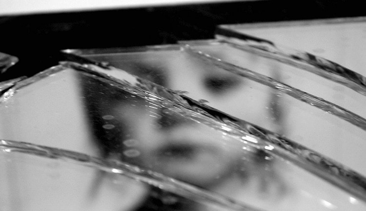 Узнайте, что значит примета разбить зеркало.