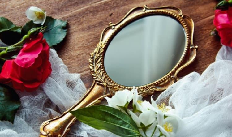 Есть также примета о том, что значит, если зеркало упало, но не разбилось.