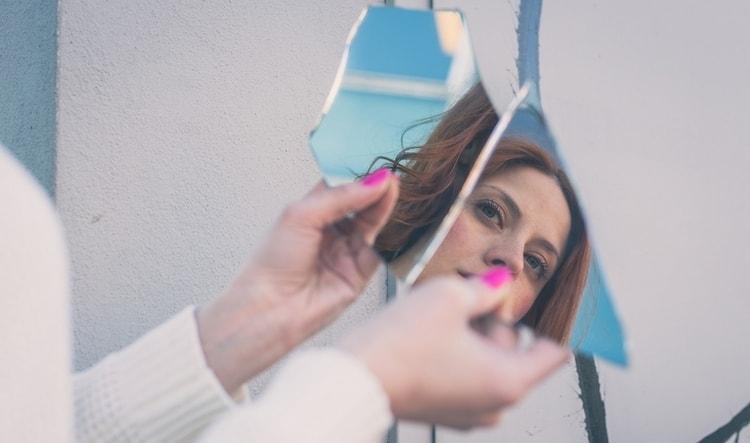Узнайте, что делать, если вы боитесь приметы про разбитое зеркало.