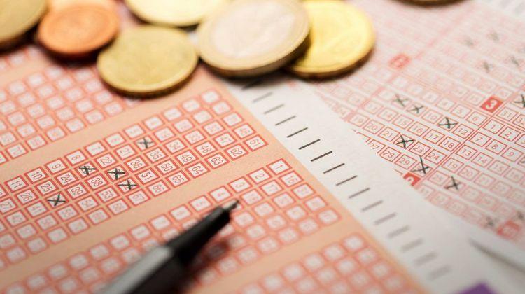 Смотрите заговор на крупный выигрыш в лотерею.