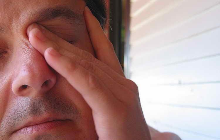 чешется левый глаз в четверг примета