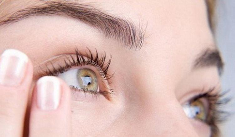 чешется правый глаз примета