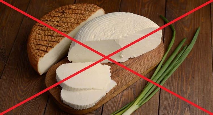 несмотря на полезный состав, этот сыр противопоказан людям с непереносимостью лактозы или белка молока.