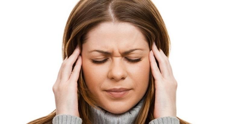 У некоторых людей компоненты этого сыра могут вызвать головные боли.