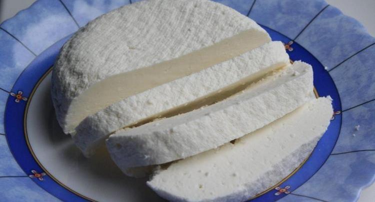 В день достаточно съесть всего несколько ломтиков адыгейского сыра.