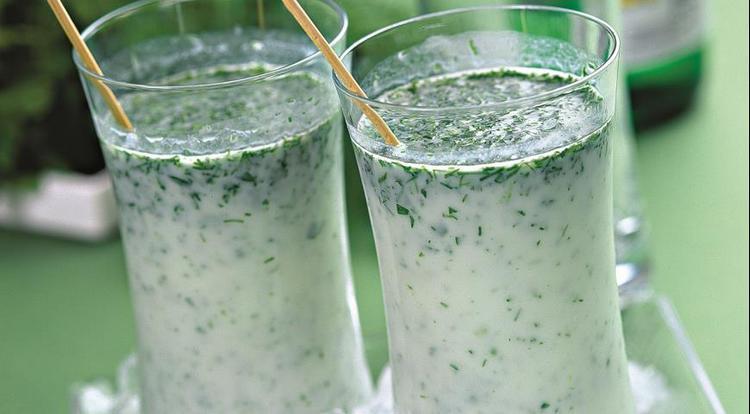 К этому кисломолочному напитку часто добавляют зелень, различные специи.