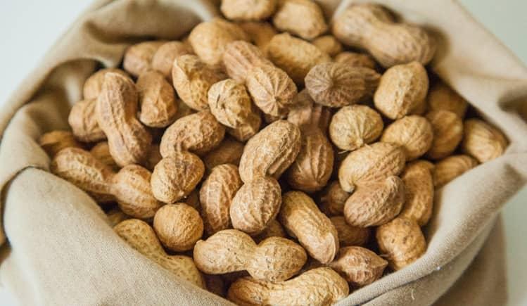 Узнайте о пользе и вреде арахиса для организма женщины.