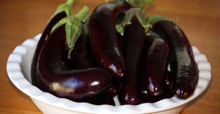 При выбора баклажанов обращайте внимание на цвет этих овощей.