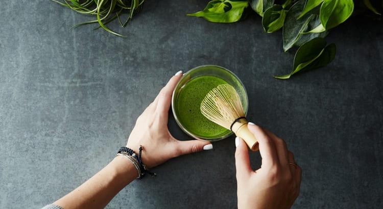 Для приготовления этого чая применяется особый венчик.