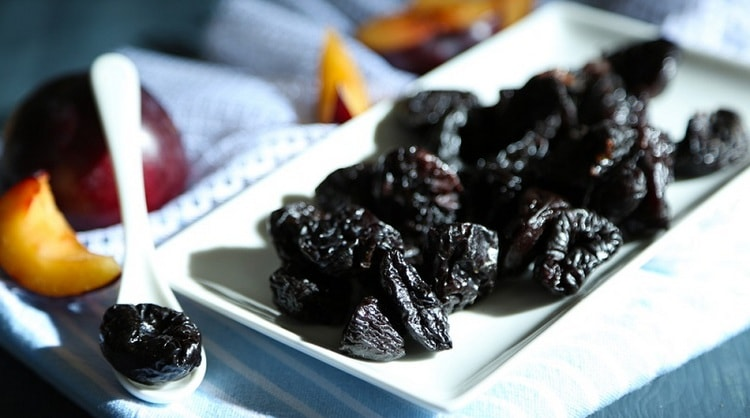 Наверное, многие слышали о пользе чернослива для кишечника при запорах.