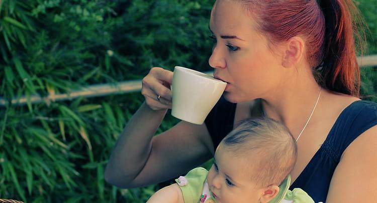 Если говорить о пользе и вреде черного чая для женщин, то кормящим мамам не стоит перебарщивать с употреблением напитка.