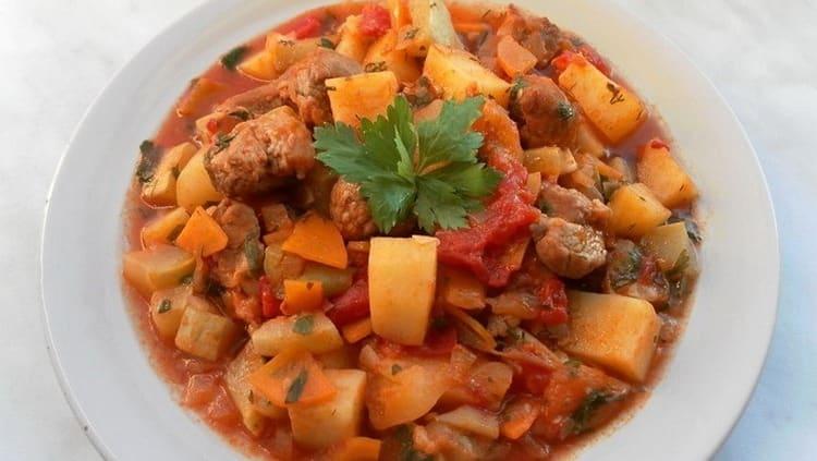 На ужин можно приготовить рагу с мясом.