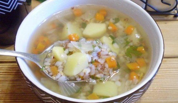 Диета при цистите у женщин позволяет включать в меню легкие диетические супы.